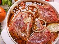 Рецепта Марината за свинско месо (свински котлети) с лук, бяло вино, соев сос и подправки в йенски съд или гювеч на фурна